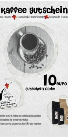 Kaffee Gutschein, drei Kaffeeflecken Ränder sind die Rahmen für eine Tasse Kaffee auf einem geblümten Unterteller, auf dem Unterteller liegen Kaffeebohnen, im zweiten Kaffeefleck Ring sind vier Pakete Kaffee abgebildet, zwei schwarze Tüten für Espresso in groß und klein und zwei beige Tüten in groß und klein. Im dritten Kaffeefleck Kreis ist das Kaffeerösterei Logo. Schwarzer Tropfen mit roten Bohnen am oberen Stielförmigen Ende.